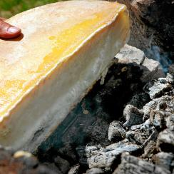 Raclette with wood fire © Valais Wallis Promotion Thomas Andenmatten