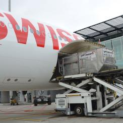 Loading scene of a SWISS aircraft at Zurich airport, Terminal E