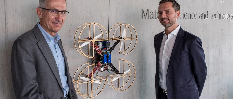 Empa-Direktor Gian-Luca Bona mit Mirko Kovac, dem Leiter des neuen NEST Aerial Robotics Hub. Bild: EmpaGian-Luca Bona, Director of Empa, with Mirko Kovac, head of the new NEST Aerial Robotics Hu. Image Credit: Empa
