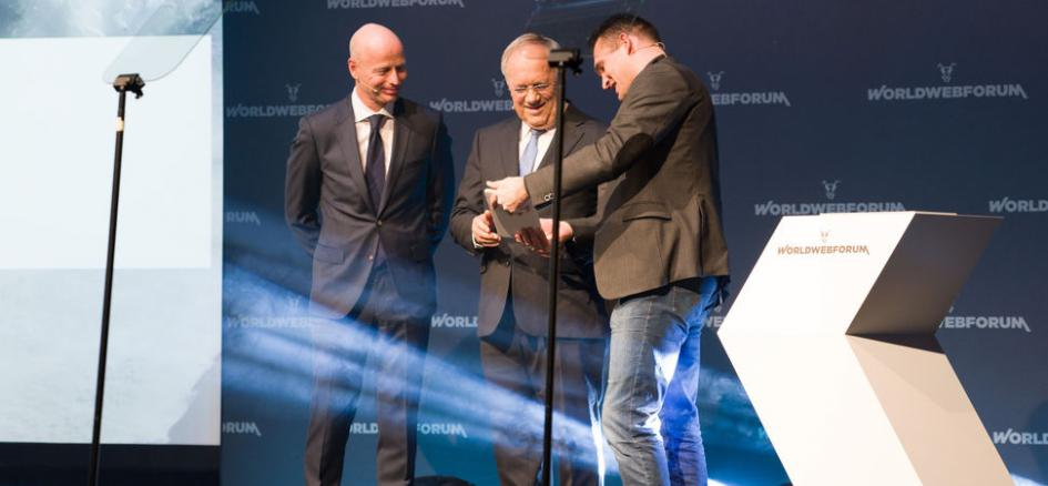 Swiss Federal Councilor Schneider-Ammann accepts the Digital Manifesto.