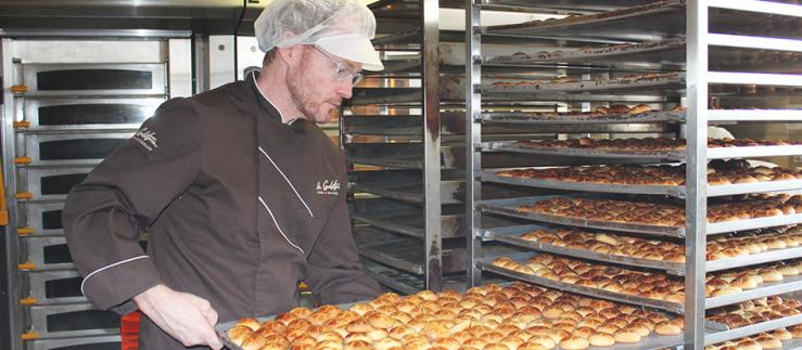 Opportunities of globalization: Reto Schmid produces small Bündner Nusstorten (Grisons hazelnut pies) for the world market