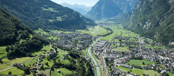 Approach to Glarus Nord, the economic center of the canton of Glarus