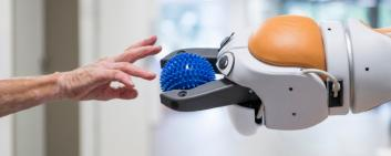 Il robot Lio di F&P Robotics opera come trainer nel movimento